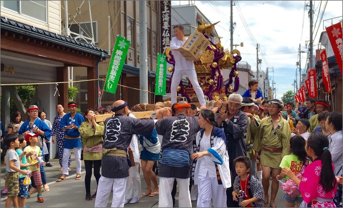 神輿を担ぐ祭りの写真